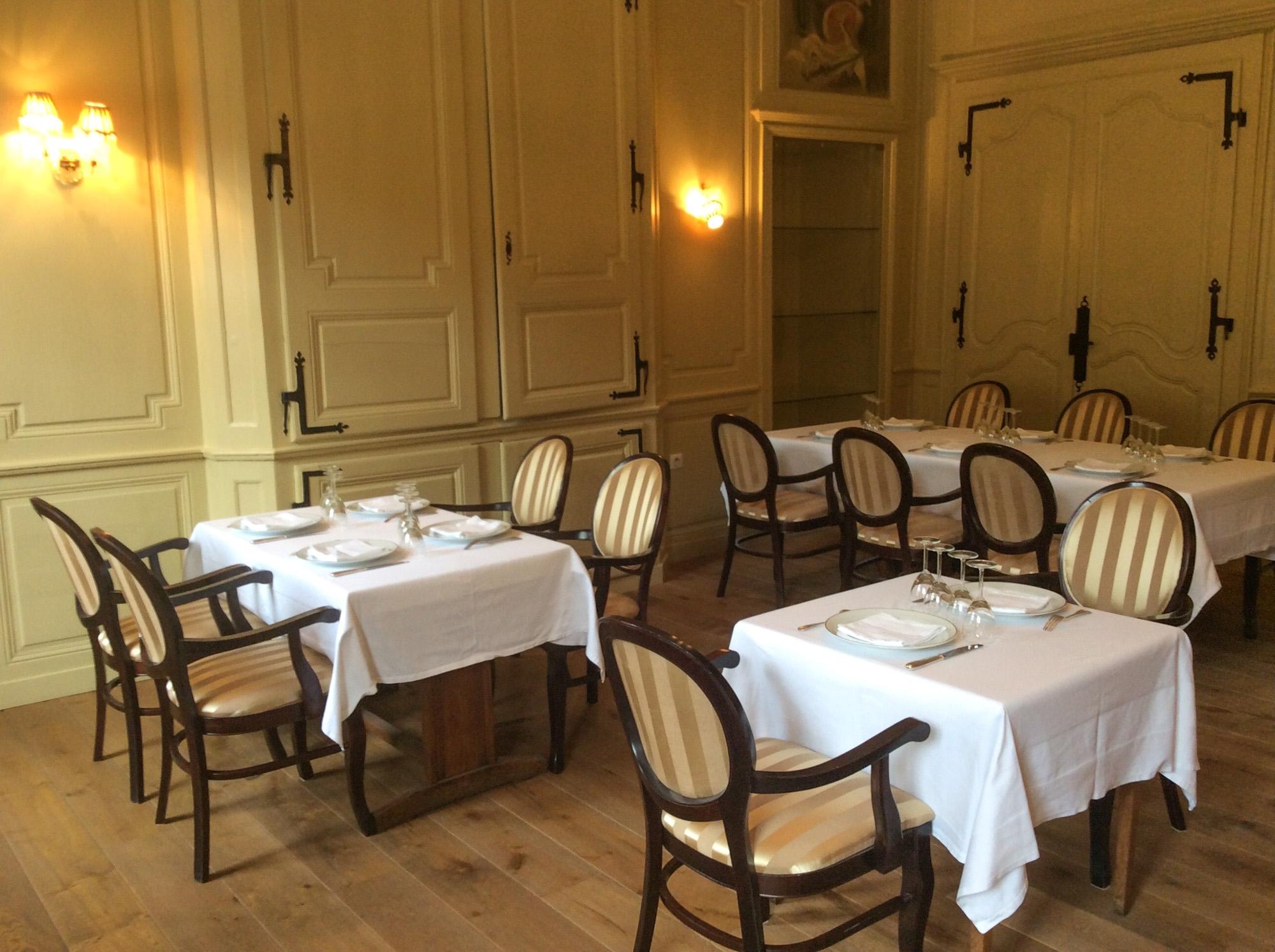 Restaurant chez-gervais à chenecey - tables intérieur