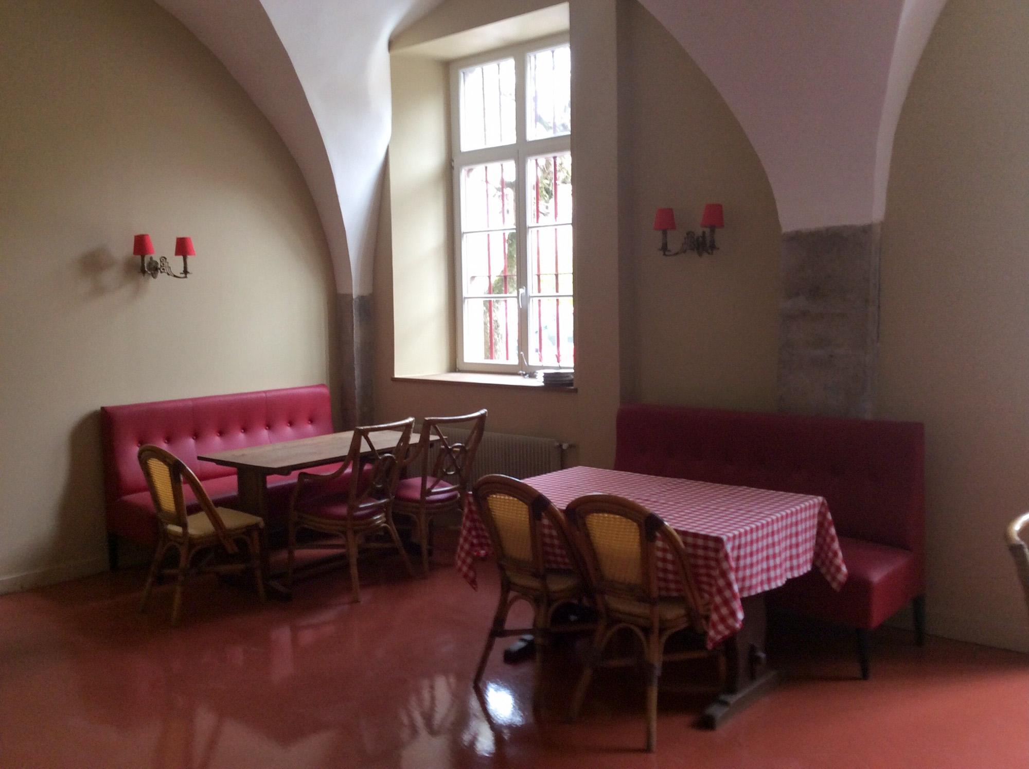 Restaurant Chez Gervais Chenecey Les tables rustiques
