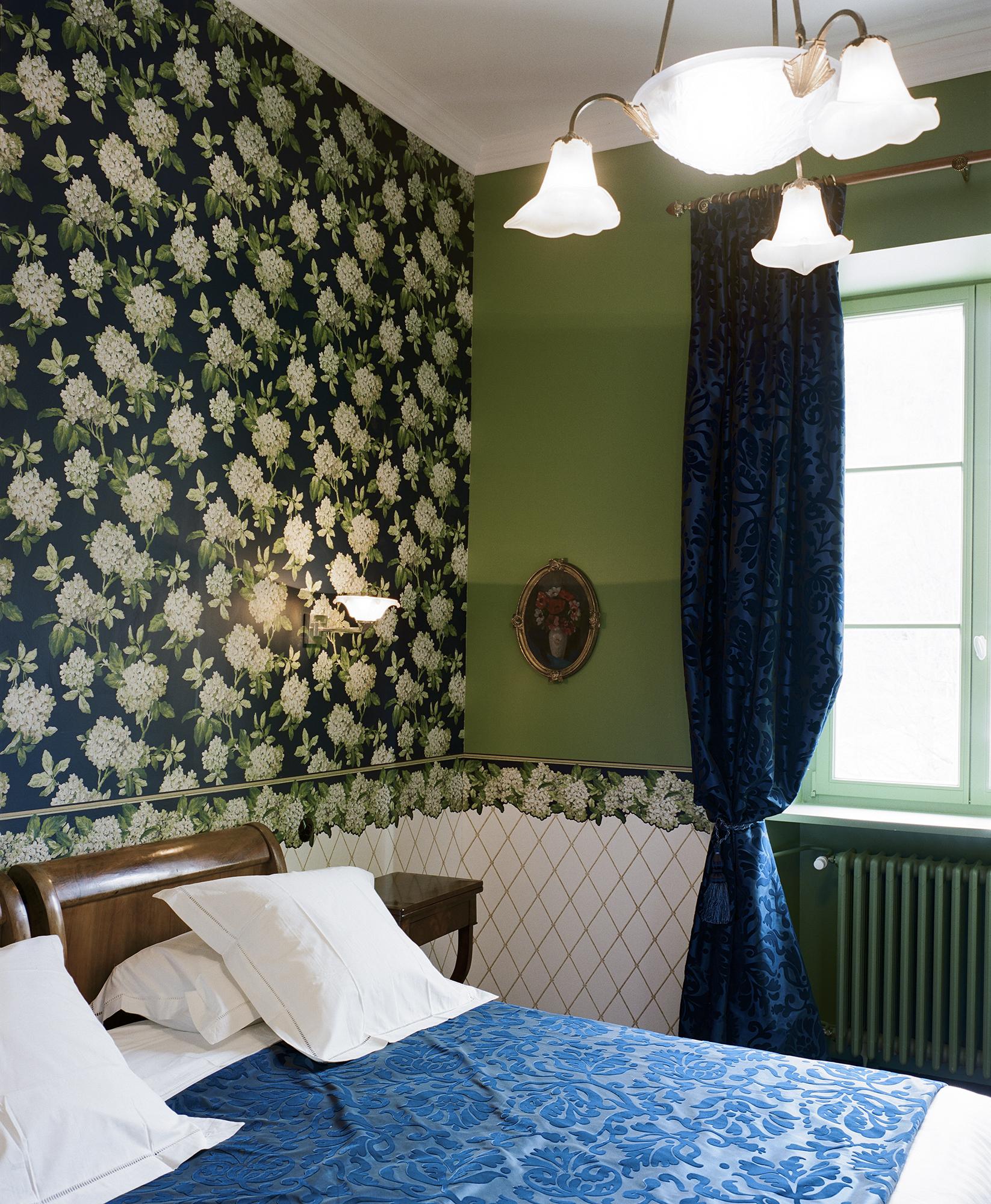 Chambre Charles Ritz Bleue le lit kingsize et le radiateur - Hotel Chez Gervais Chenecey