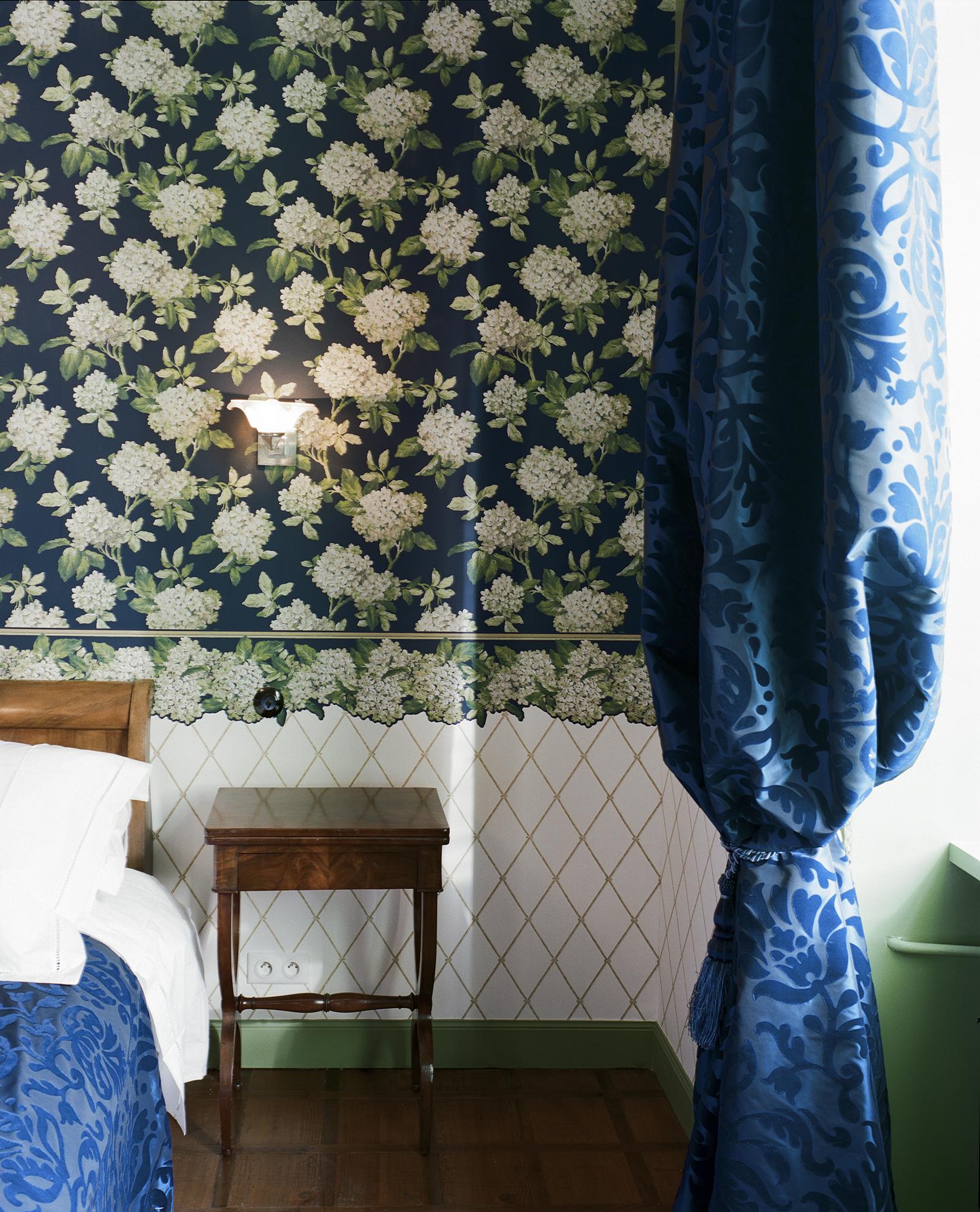 Chambre Charles Ritz Bleue le lit kingsize et la table de nuit d'époque - Hotel Chez Gervais Chenecey