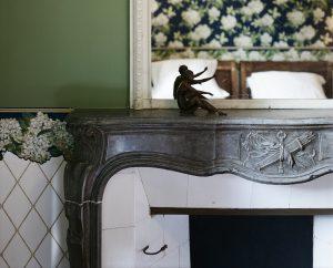 Chambre Charles Ritz Bleue cheminé en marbre - Hotel Chez Gervais Chenecey