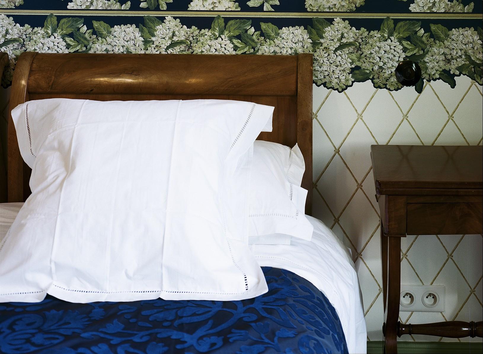 Chambre Charles Ritz Bleue le lit kingsize- Hotel Chez Gervais Chenecey