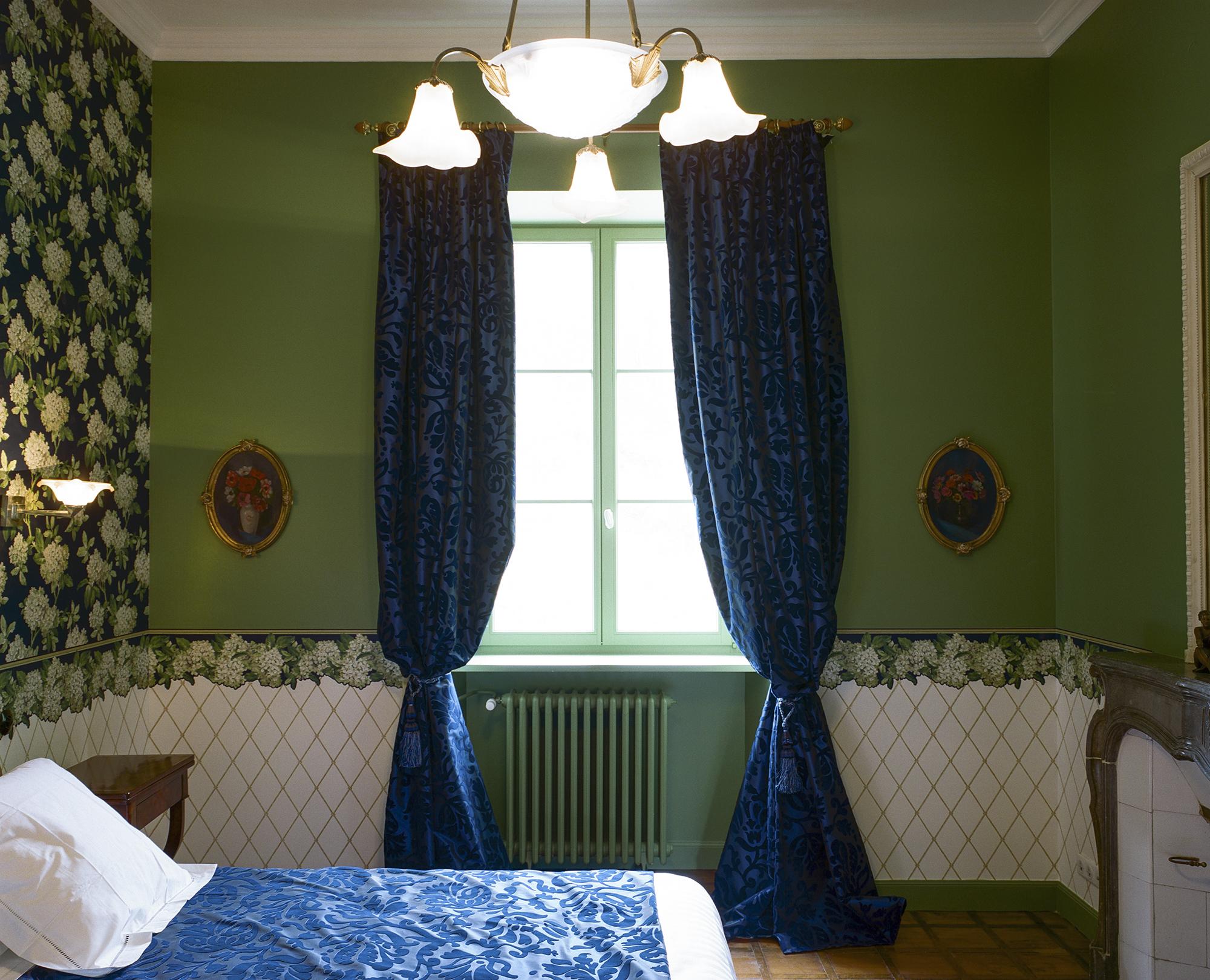 Chambre Charles Ritz Bleue le lit kingsize et la fenêtre - Hotel Chez Gervais Chenecey