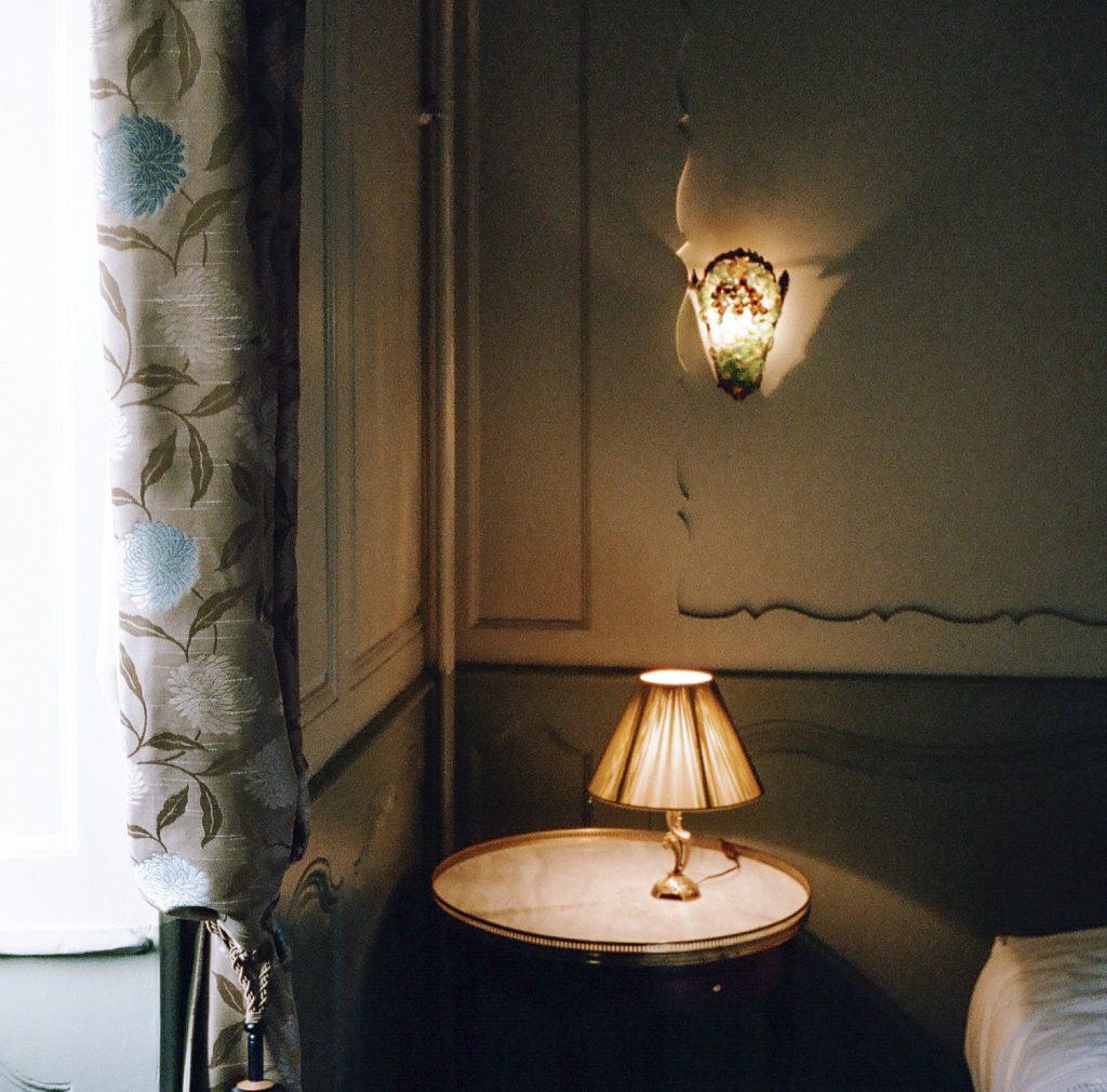 Chambre du Marquis - fenêtre et table de nuit - Hotel Chez Gervais Chenecey