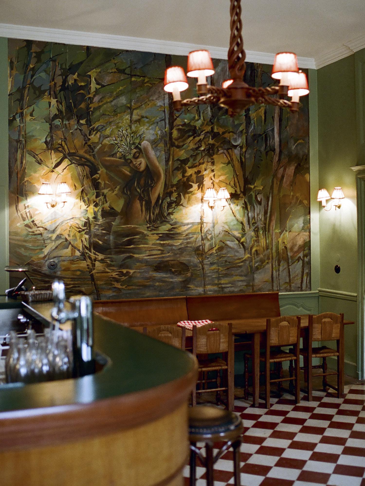 Restaurant Chez Gervais Chenecey - fresque de la vouivre devant le bar